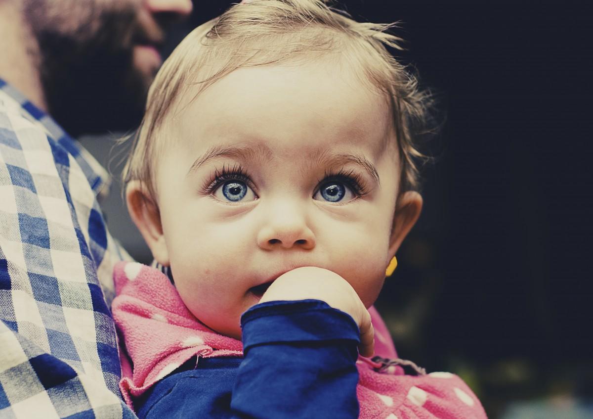 Le massage pour calmer la poussée dentaire de bébé